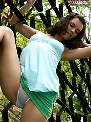 12 pictures - Bare pussy teen upskirt